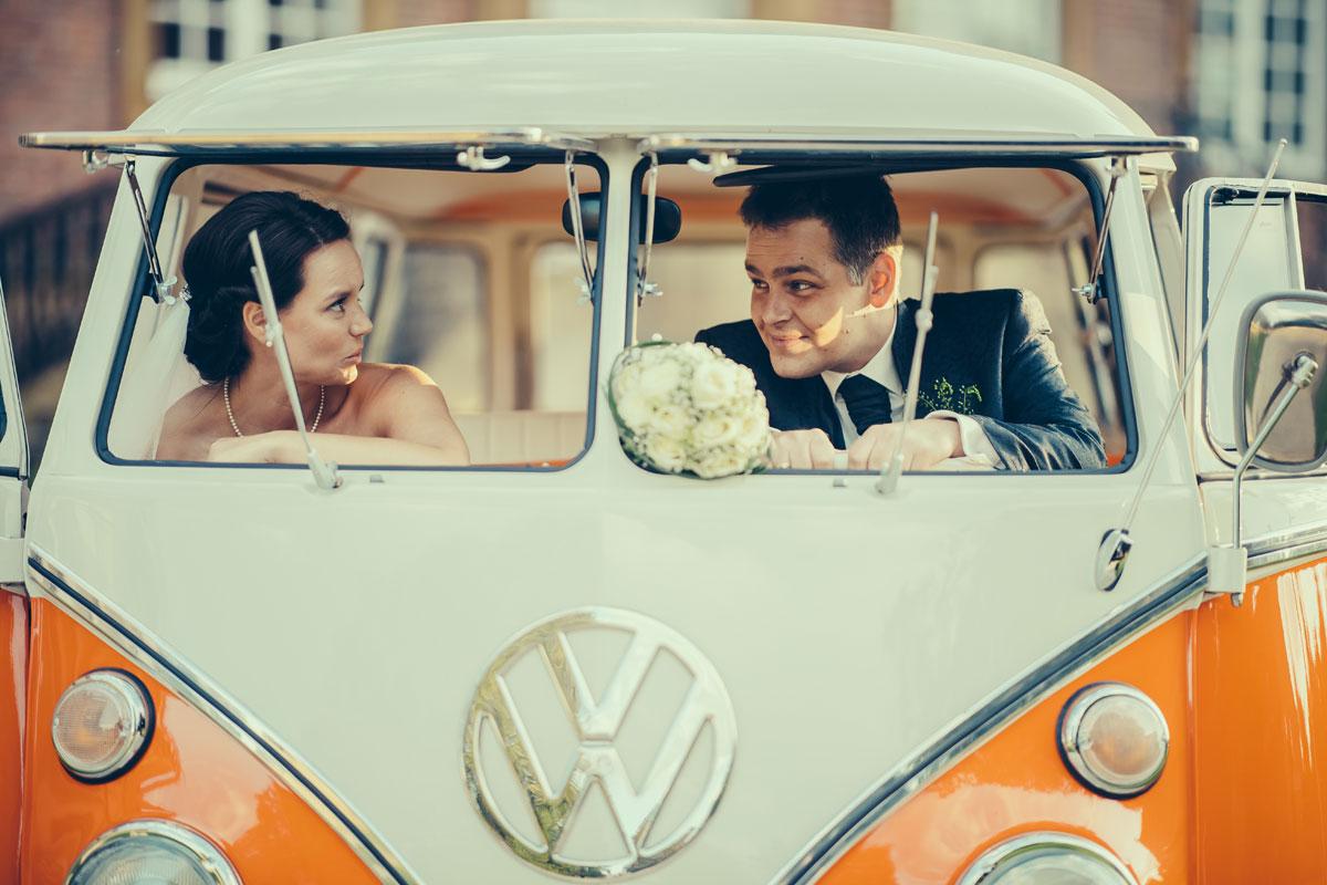 Nadine und Steffen im Hochzeitsauto VWT1: Fotograf Guido Kirchner