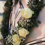 Hochzeitsauto VW T1 mit schönen Blumenschmuck